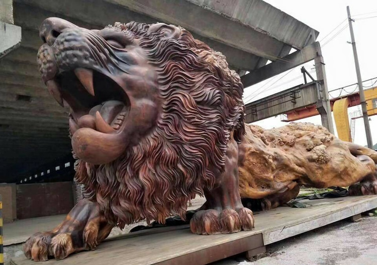 This Giant Lion Carved From A Single Tree Trunk Took 20 People Three Years To Complete (Pictures)