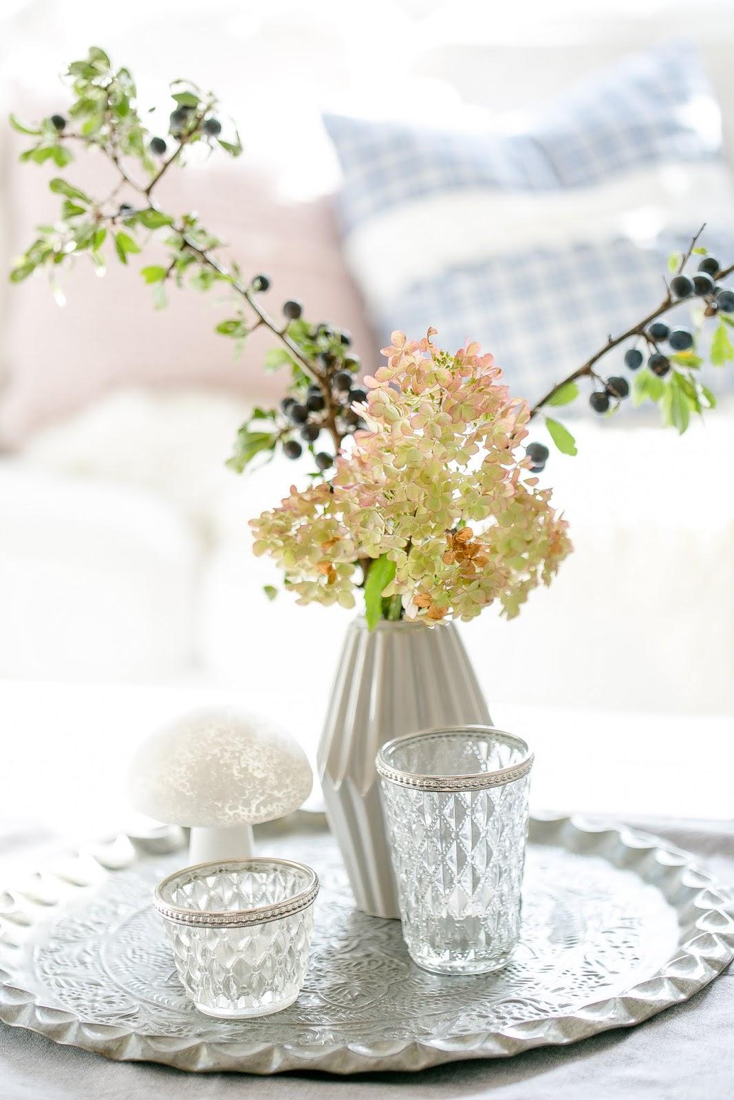 Schlehenzweige mit Hortensienblüte