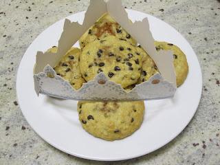 Cookies des rois coeur frangipane à la cacahuète sur assiette avec co