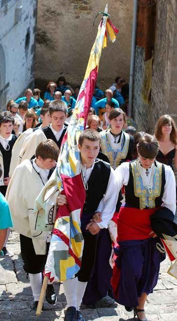 Jovens do Vale do Roncal, Espanha, indo para a Missa principal.