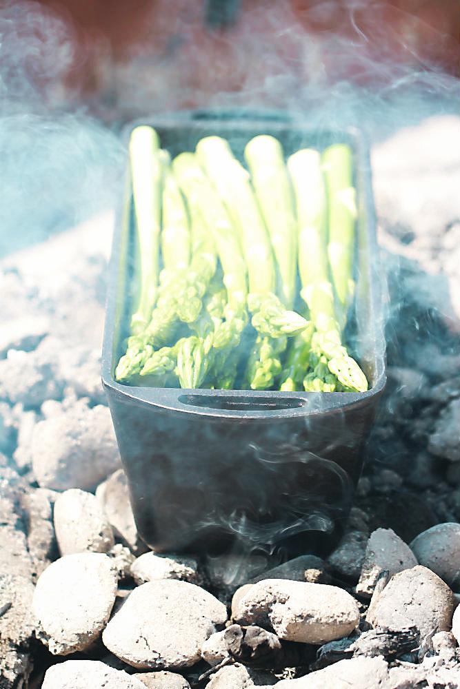 Grüner Spargel im Dutch Oven von Petromax (Brotbackform) in der Glut | Arthurs Tochter kocht von Astrid Paul. Der Blog für food, wine, travel & love