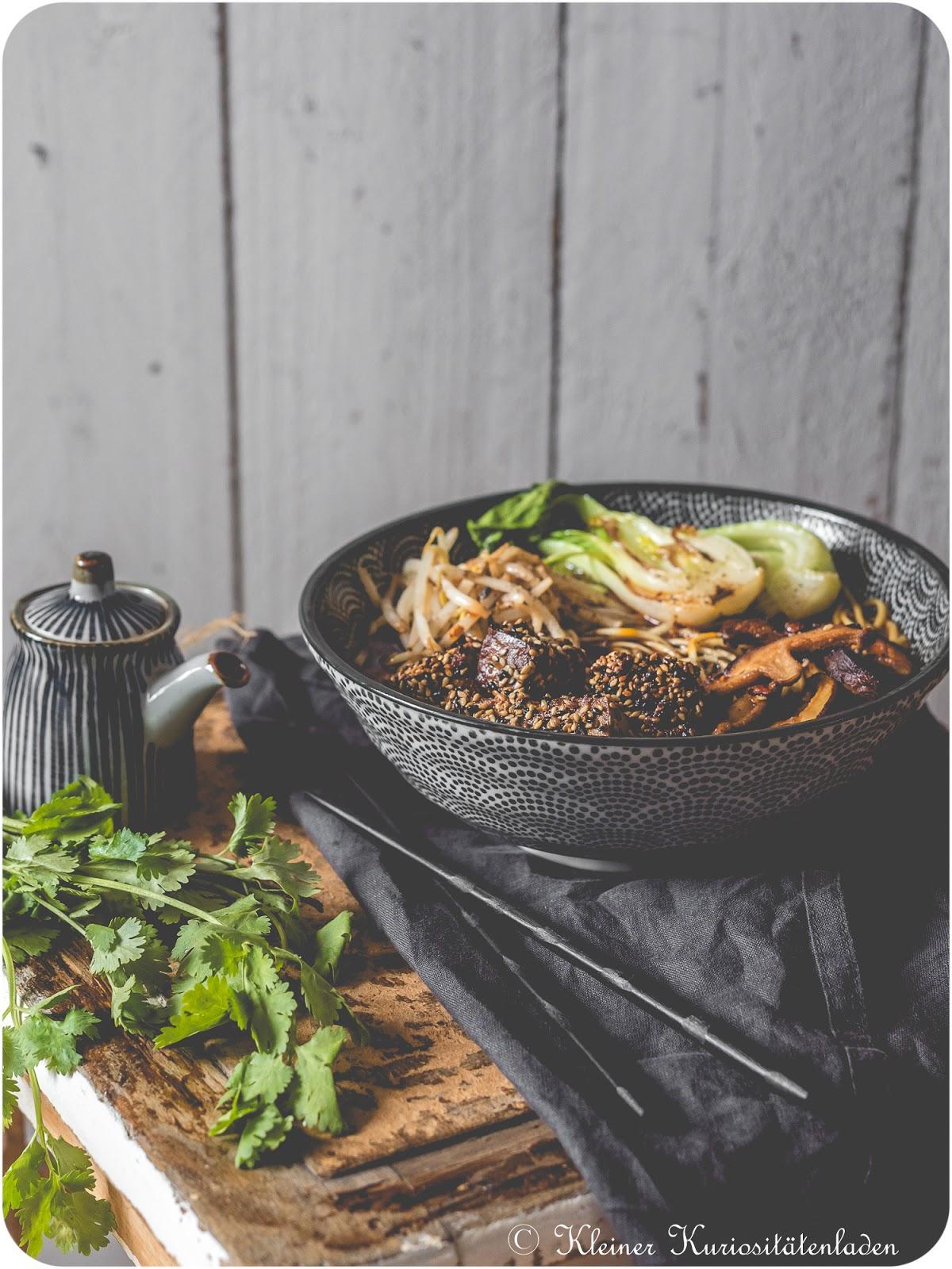 Vegane Shoyu-Ramen mit knusprigem Sesam-Tofu