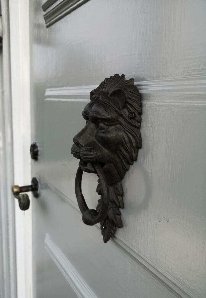 anneliesdesign, webbutik, webshop, entré, ytterdörr, dörr, dörrknackare, lejon, presenttips, nymålad dörr, målad, grå, gråa, grått