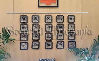 Estos socarrats personalizados, con enmarcación octogonal, van direigidos cada uno de ellos, alos diferentes padrinos/madrinas que ha tenido la Facultat en estos últimos años. Soc-Art