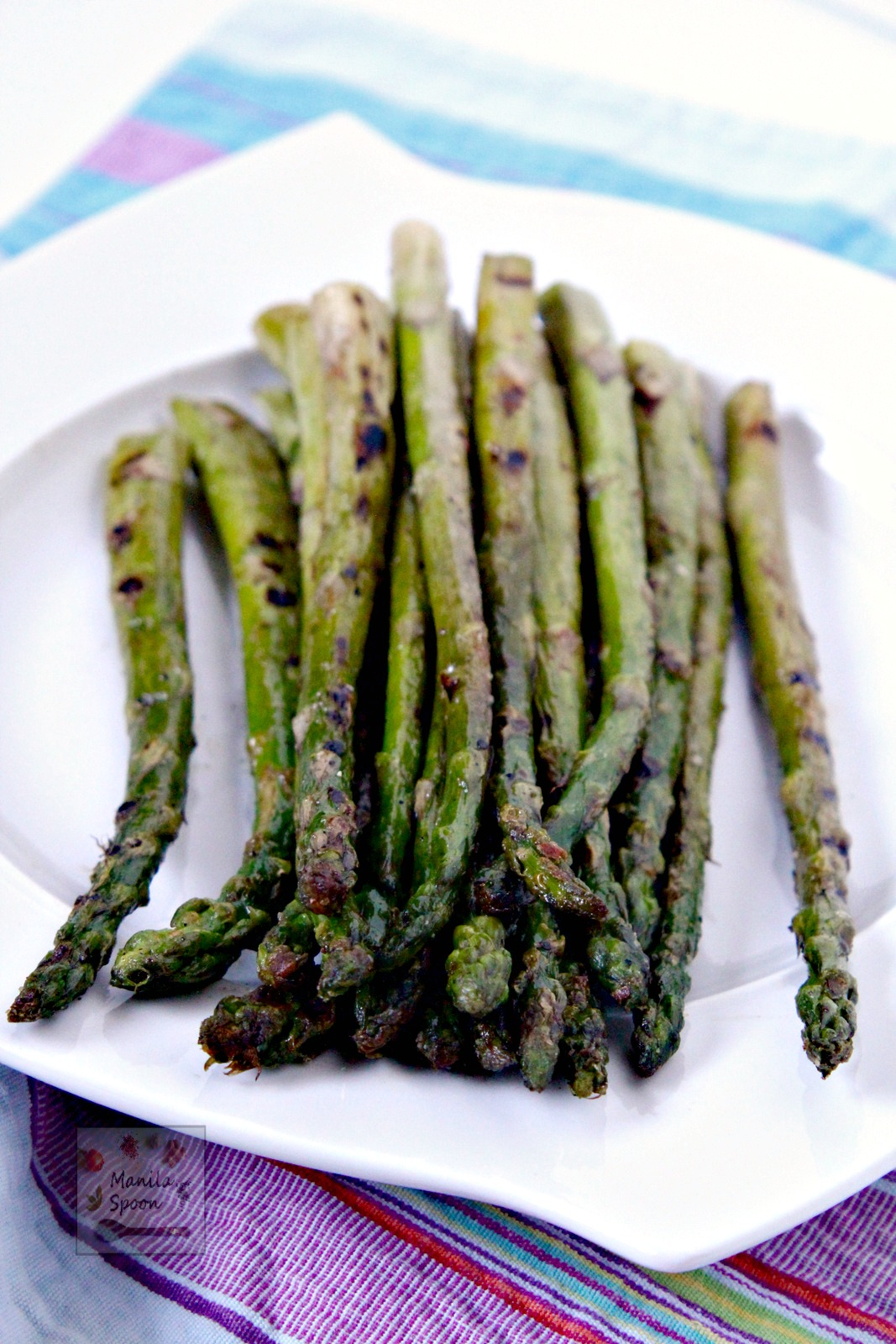 Simple, delicious and healthy, this easy grilled asparagus takes less than 5 minutes to make! | manilaspoon.com