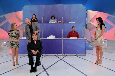 Na foto: Silvio simula ser hipnotizado. Crédito da foto: Lourival Ribeiro/SBT