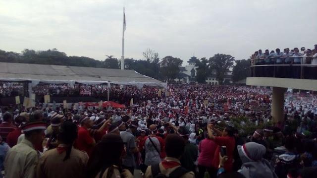 Lapangan Gasibu Bandung Disesaki Ribuan Orang