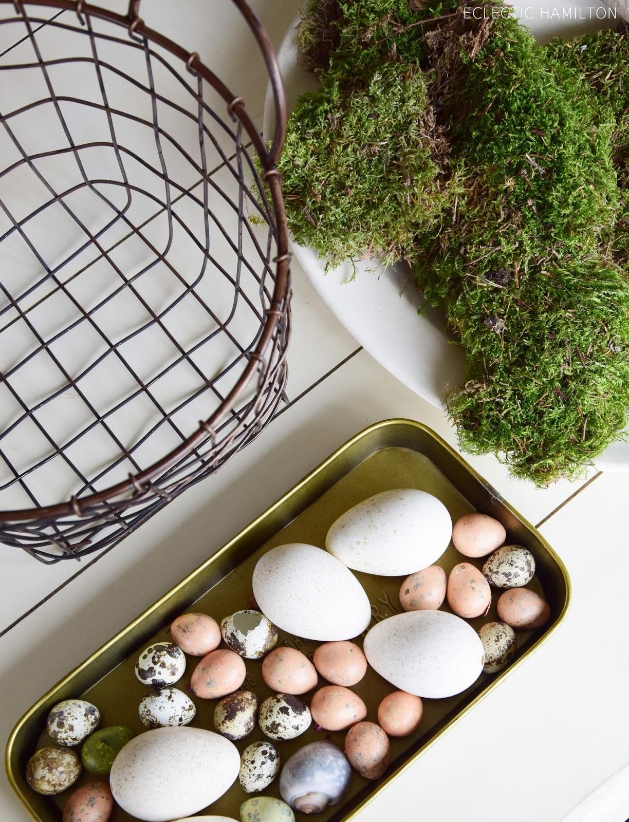 DIY Osterdeko mit Moos Eiern Pfefferbeeren und Schnecken. Selbermachen, Kreativ gestalten mit Naturmaterialien, Ostern, Naturdeko