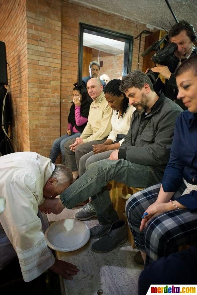 Paus Fransiskus Membasuh dan Mencium Kaki 12 Narapidana di Roma