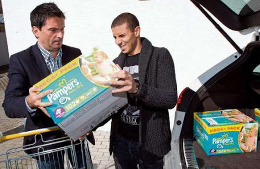 Mainz sporting director Christian Heidel hands over the diapers to Mohamed Zidan