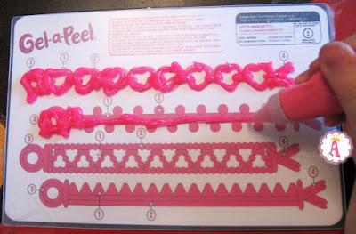 Процесс создания розовых браслетов из геля Gel-a-Peel Pink Neon