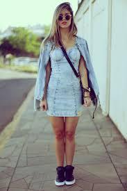 Vestido jeans justo com tenis