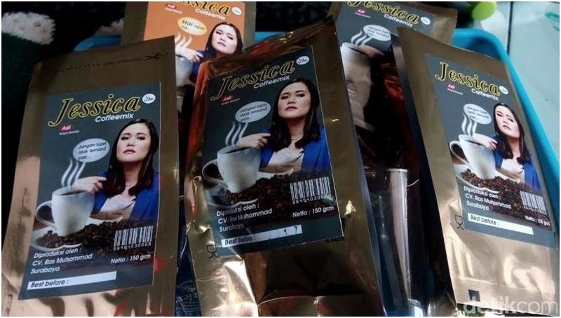 Kopi dengan merek dan foto Jessica