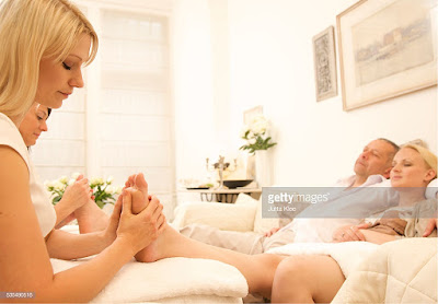 COUPLE FOOT REFLEXOLOGY
