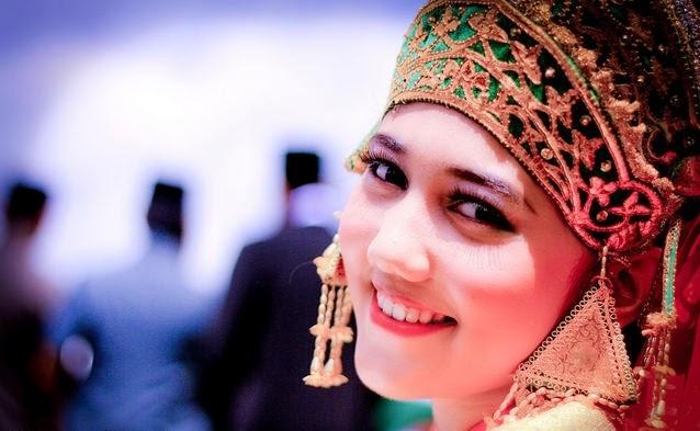 Pantun cinta si Bujang Riau. Budak Melayu tanah Sumatra. Meskipun hatinya galau. Dia pandai membuat tertawa.