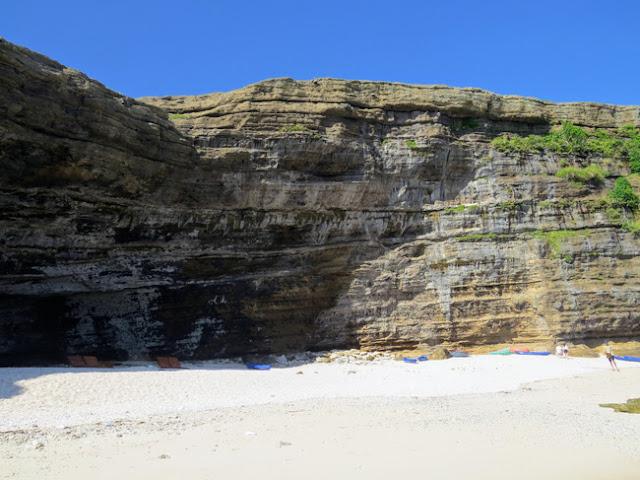 Thành núi đá lượn sóng gồ ghề với các gam màu sắc khác nhau tựa như một kiệt tác của thiên nhiên.