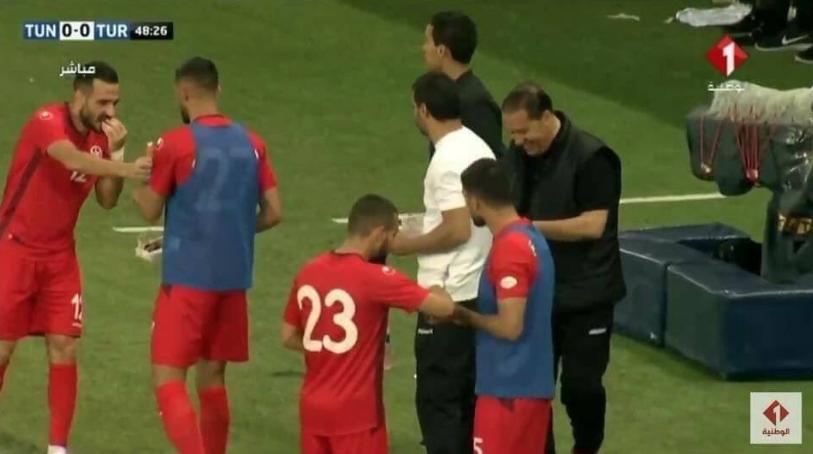 Para pemain Tunisia berbuka puasa di tengah laga.
