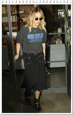リタ・オラ(Rita Ora)は、レイバン(Ray-Ban)のサングラスとサンローラン(Saint Laurent)のアンクルブーツを着用。