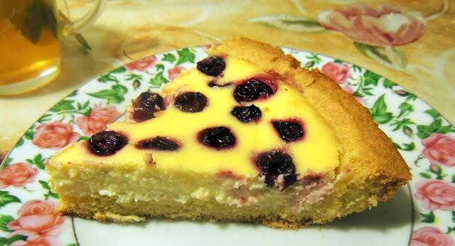 Песочный пирог с творожной заливкой с ягодами