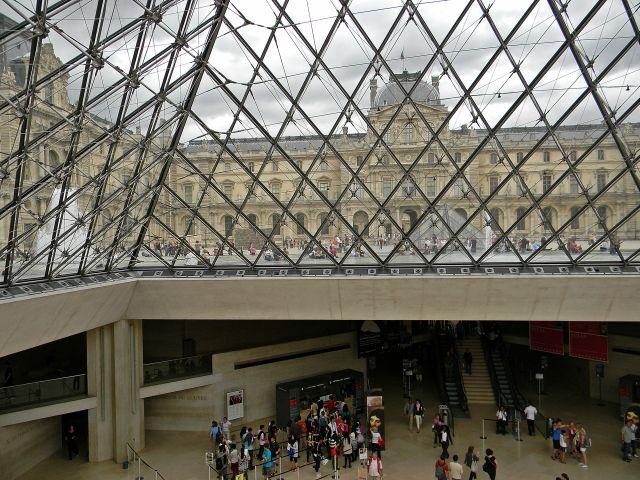 szklana piramida przy Luwrze