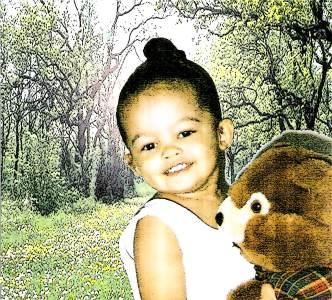 Minha filha com o ursinho Miguel.