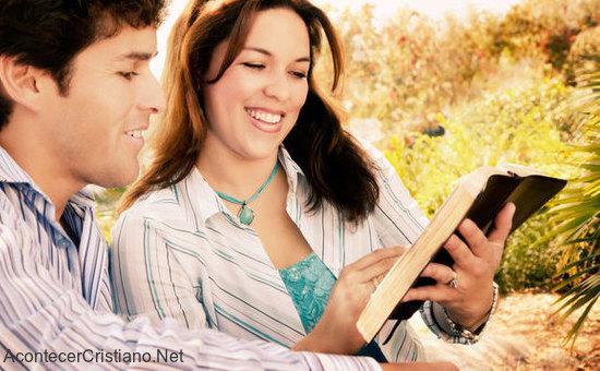 Matrimonio Leyendo La Biblia : Parejas con la misma fe y que oran juntas son más felices