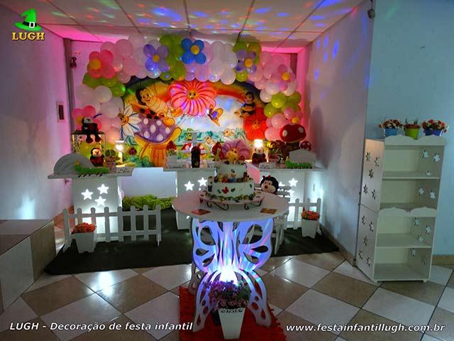 Decoração de festa infantil tema Jardim Encantado em mesa provençal para o bolo de aniversário