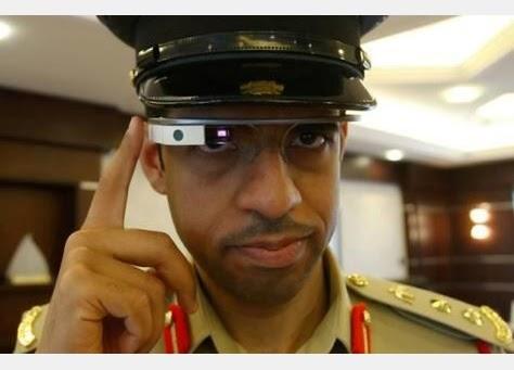 ظابط شرطة في دبي يرتدي نظارة Google