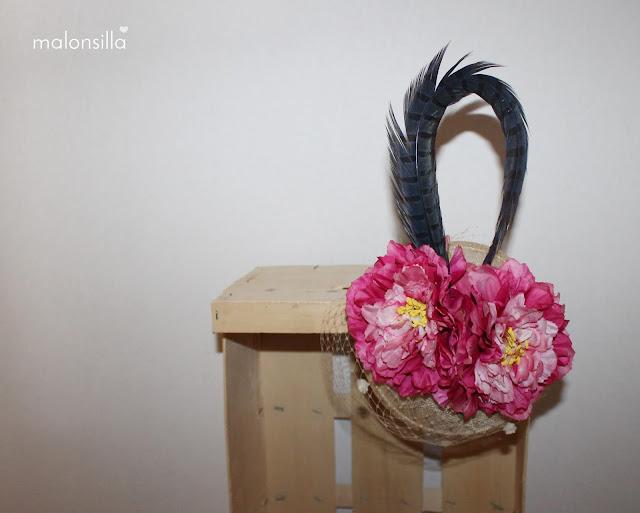 Tocado fucsia, crudo y azul con velo, flores y pluma