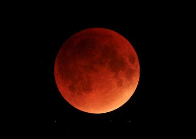 Luna in rosso, è la notte dell'eclissi più lunga del secolo
