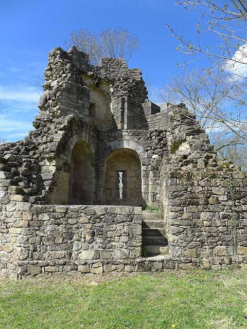 une tour en ruine
