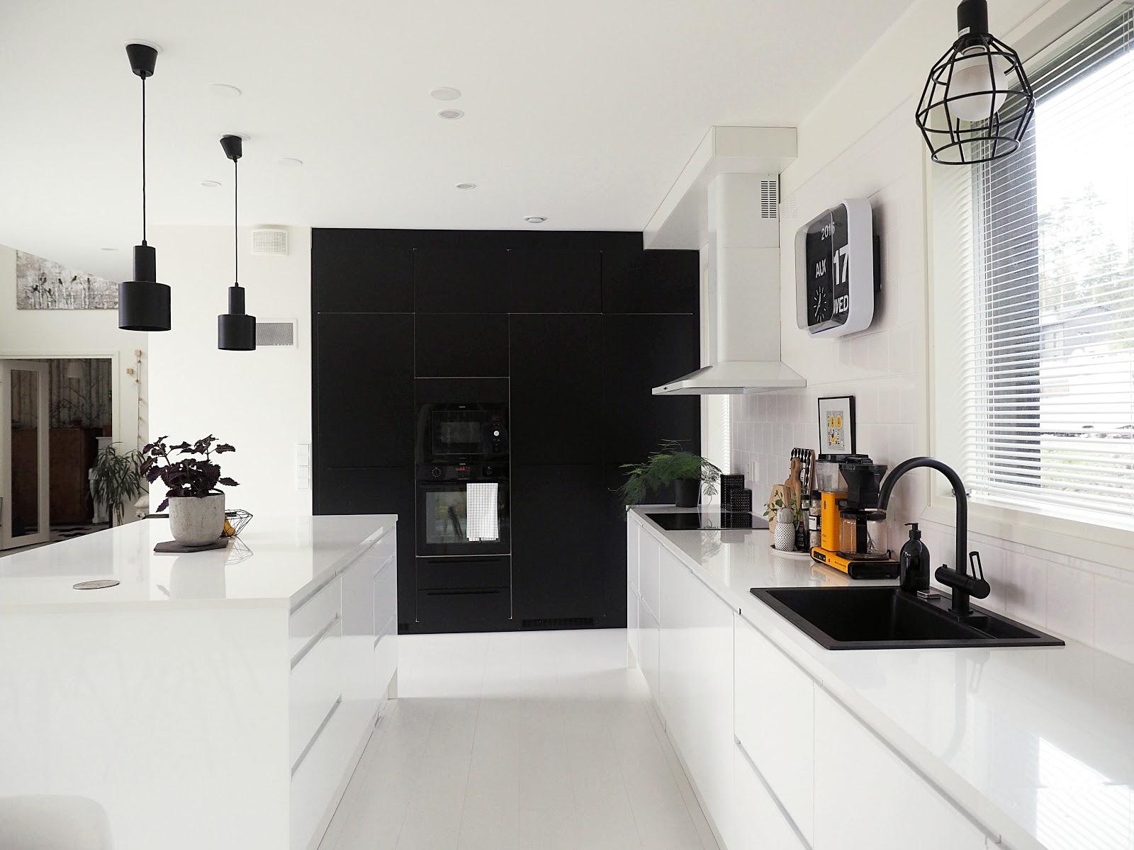 keittiö, mustavalkoinen keittiö, musta hana ja allas
