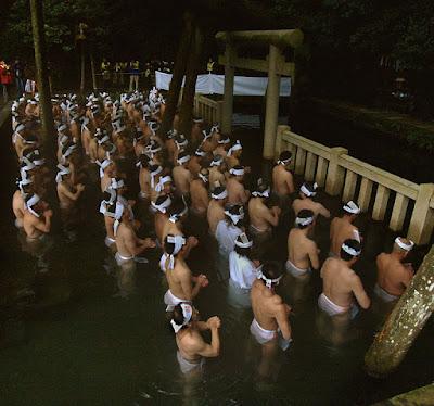 池の中に鳥居が浮かぶ風景?茨城県のパワースポット鹿島神社