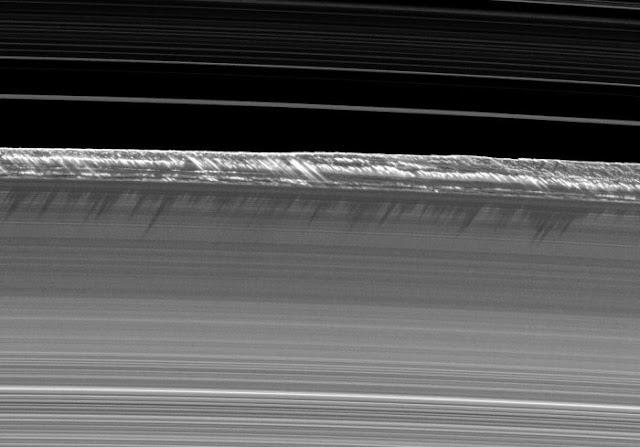 Vành đai B của Sao Thổ với các phần cấu trúc cao hơn đổ bóng xuống phần thấp hơn ở bên dưới. Hình ảnh: NASA/JPL.