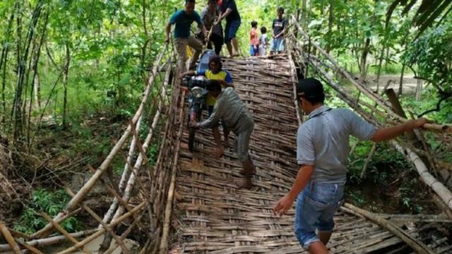 Jembatan Ambruk ; 50 Keluaraga Sulit Beraktivitas
