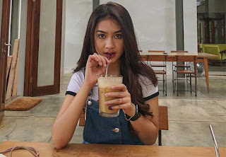 Sarah Tuffahati Minum
