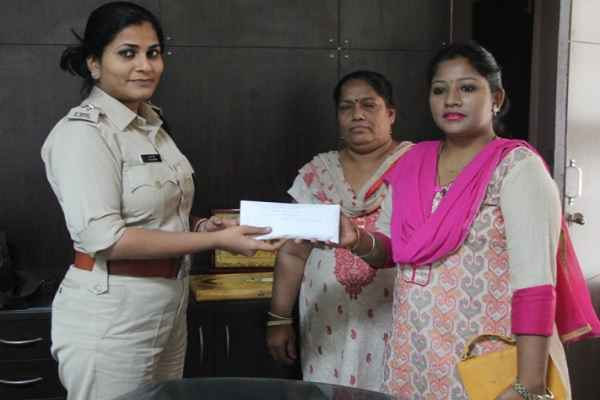 DCP NIT आस्था मोदी ने दो महिलाओं को दिया 50-50 हजार का इनाम, किया था बहादुरी का ये काम, पढ़ें