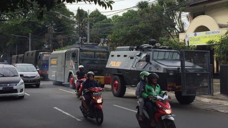 Water Canon dan Barracuda Siaga di Markas NasDem Jelang Demo 2411