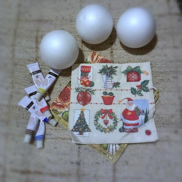 jak zrobić bombkę ze styropianu, bombka decoupage, serwetki wikol farby akrylowe, bombki diy, ozdoby świąteczne, jak zrobić bombki na choinkę