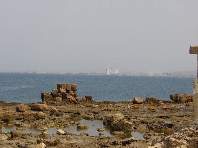 Руины напоминают очертания древней стены, изначально она была длиной несколько километров и возможно не только скрывала и защищала город Арвад или Арадос на острове, но и частично скрывала город, который находится на континенте и по-современному называется Тартус.  Арвад островной город, расположенный примерно в 3,5 км от современного города Тартуса в Сирии. Площадь острова — около 6 км². Арвад — единственный остров Сирии.  Стену и город на острове были сооружены Финикийцами около 4 тысяч лет назад, в это время уровень Средиземного моря был на несколько метров ниже нынешнего, и стена была на десяток метров дальше от моря, тем самым риф был дополнительной защитой от вражеских кораблей.  Финикийское письмо     Существует несколько теорий относительно происхождения финикийского алфавита.  По одной из них алфавит происходит от протосинайского письма.