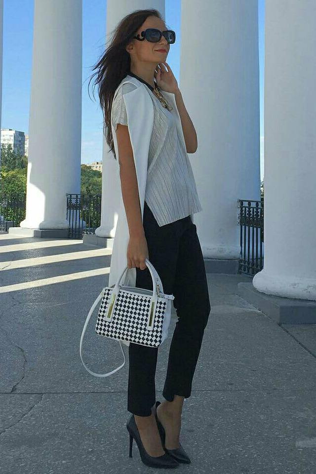 Look em preto e branco com calça e colete