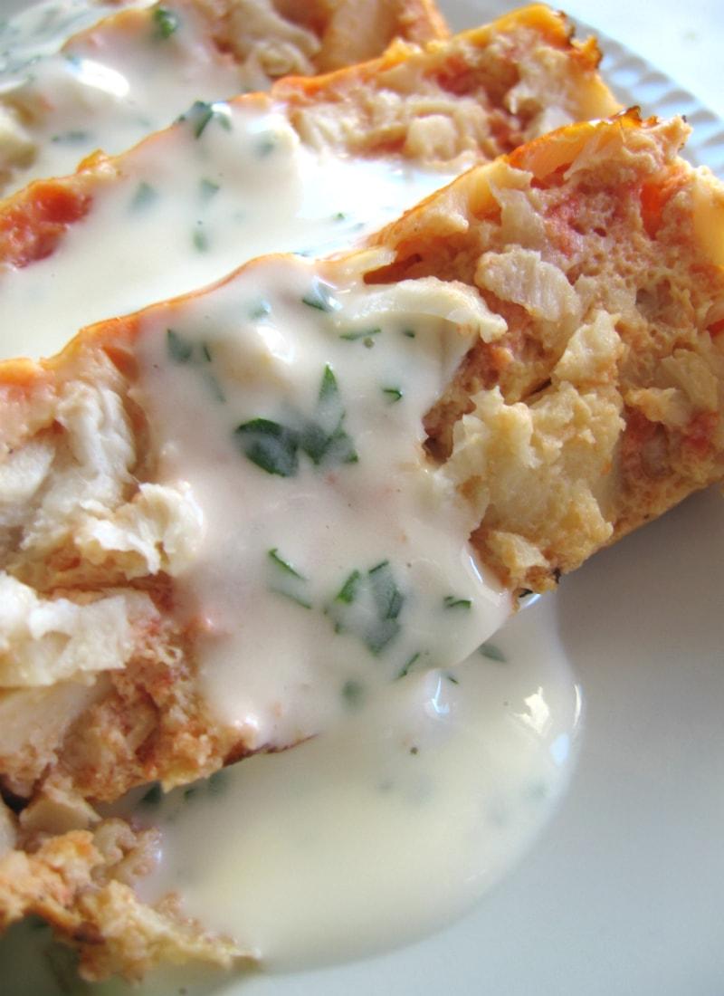 Fatias de lagosta fingida com maionese e salsa vistas de perto / Fake lobster slices with mayo and parsley close-up