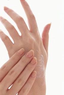 9 Cara Menghaluskan Tangan yang Kasar dan Kering