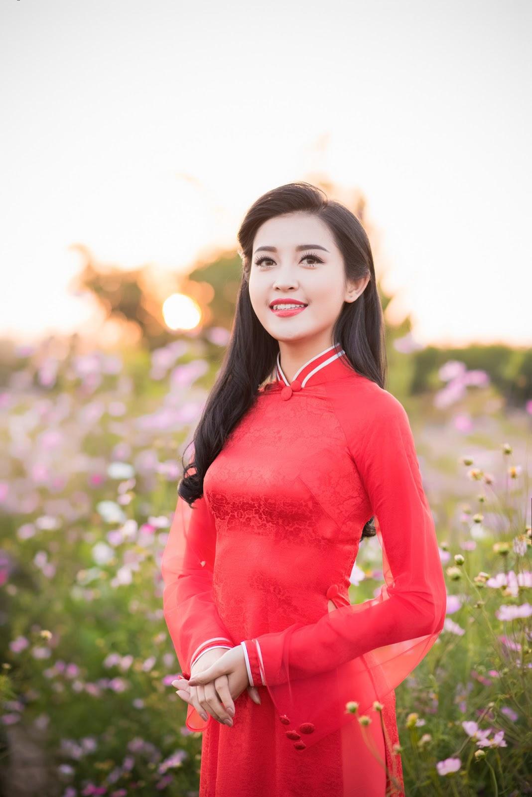 Á hậu Huyền My xinh đẹp rạng rỡ giữa hoa cỏ mùa Xuân