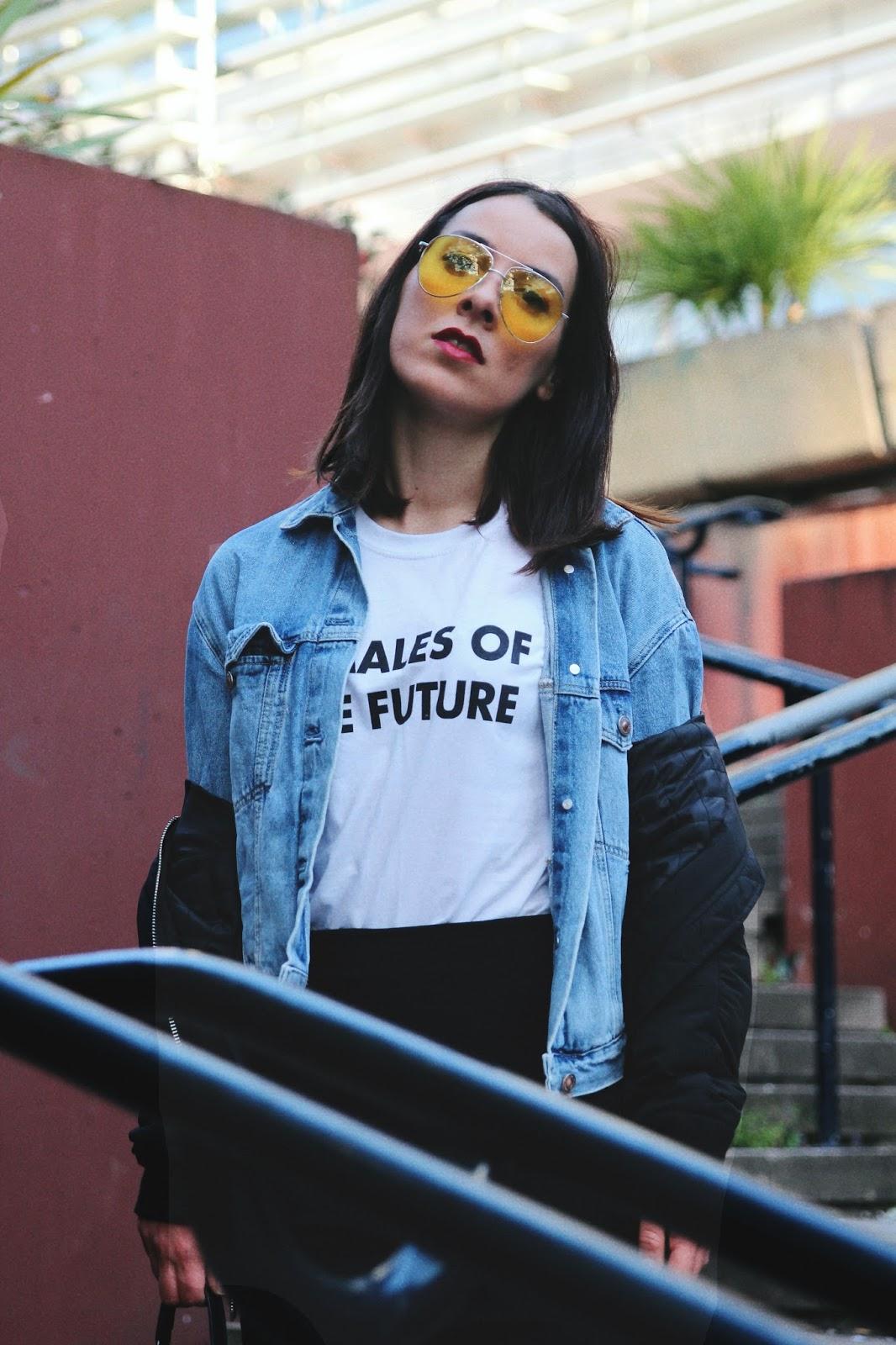 t-shirt slogan feminist dior et lunettes teintées ,vans