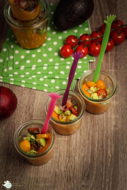Ein Gläschen Tomatencreme mit Avocado-Tomaten-Salsa gefällig?