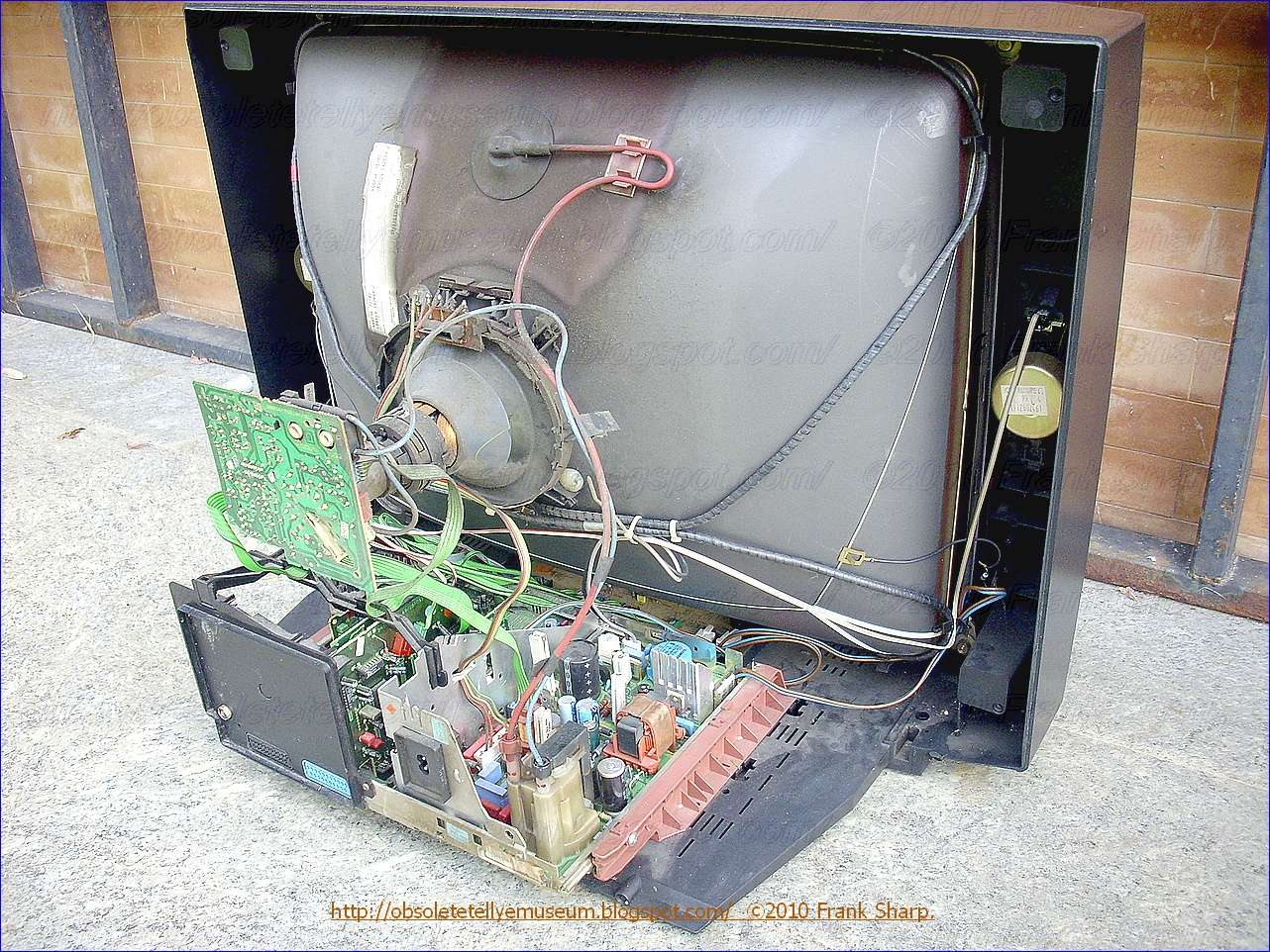 Obsolete Technology Tellye Grundig Xs70 1 Chassis Cuc6360 29701 Which Includes The Switching Transistor So You Can Happily Use It Since This Is A Normal Behavior Of Conventional Television Receiver Circuit Desirable That Monitor Voltage