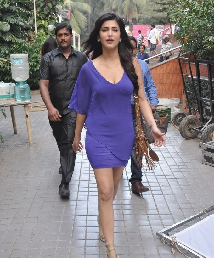 Actress Shruti Haasan Legs Thighs Show In Violet Skirt