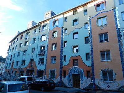 http://www.express.de/duesseldorf/viele-haeuser-und-visionen-dieser-mann-macht-die-duesseldorfer-stadt-bunt-23800132