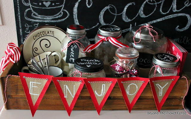 Hot cocoa sign, burlap banner, mason jars, chalkboard sign hand-lettered, https://goo.gl/U8dcWx